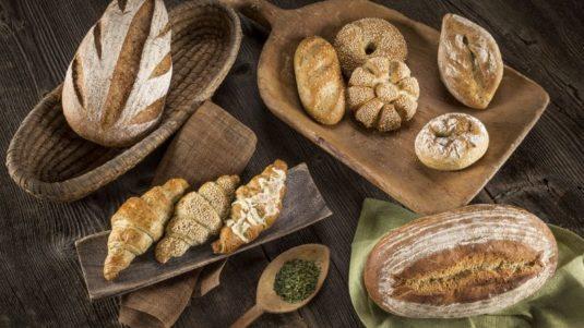 Brot, Brötchen und Croissant mit Bärlauchmix