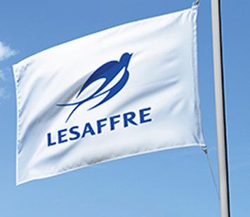 Lesaffre Logo auf weißer Fahne
